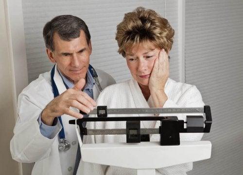 Medic vorbind despre câștigul în greutate la menopauză cu o pacientă