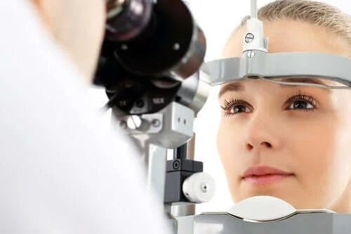Medic care analizează pistruii oculari
