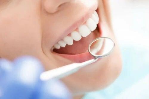 Medic ce profită de utilizarea acidului hialuronic în stomatologie