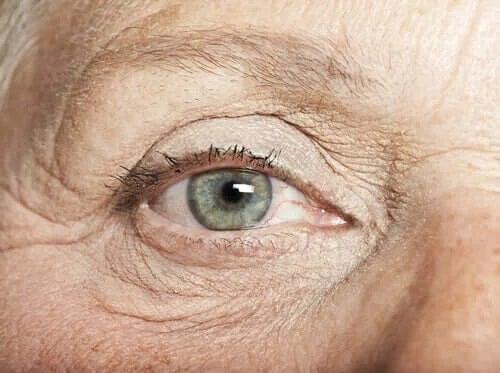 Ochi de persoană în vârstă