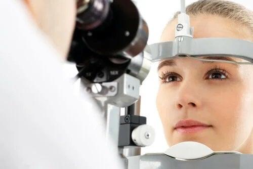 Oftalmolog care verifică dacă ochii se curăță singuri