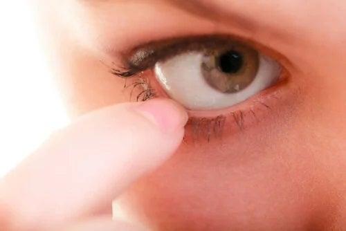 Persoană care își analizează ochiul