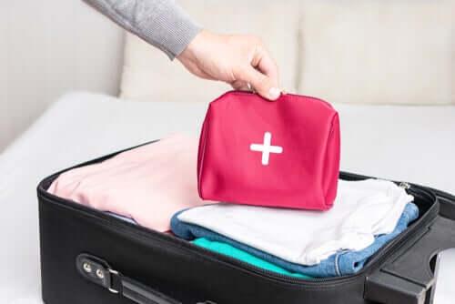 Cum să pregătești o trusă de prim ajutor pentru voiaj