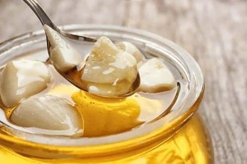 Tratamente naturale pentru laringită cu miere și usturoi