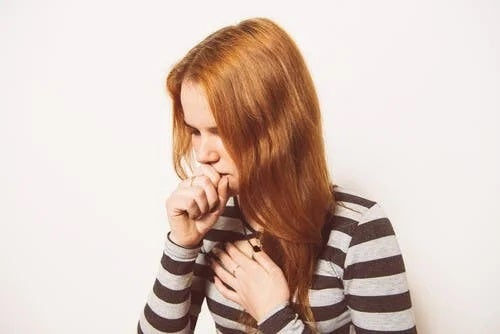 Tânără care se confruntă cu tusea asociată cu răceala