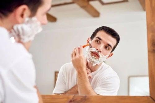 Bărbat care se bărbierește