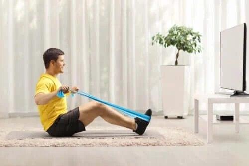 Exerciții cu benzi elastice pentru spate
