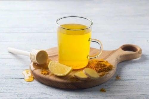 Beneficiile ceaiului de turmeric cu lămâie