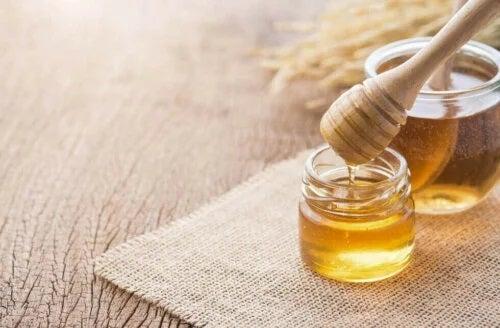 Borcan cu miere proaspătă