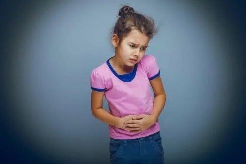 Copil care se confruntă cu bolile sistemului digestiv