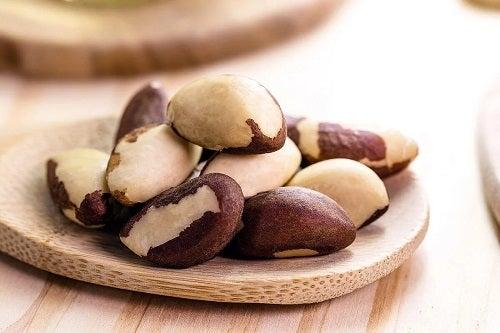 Dieta pentru hipertiroidism include nuci de Brazilia