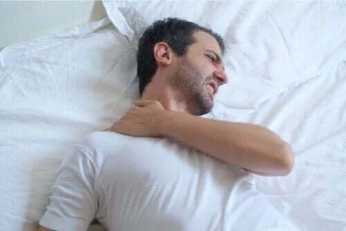 Cum să dormi dacă ai tendinita umărului