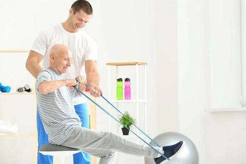 Exerciții cu benzi elastice pentru vârstnici