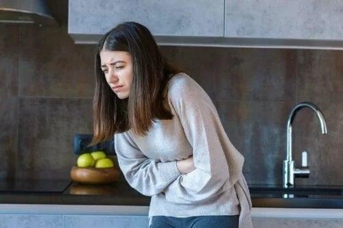 Fată care se luptă cu alergia la ghimbir