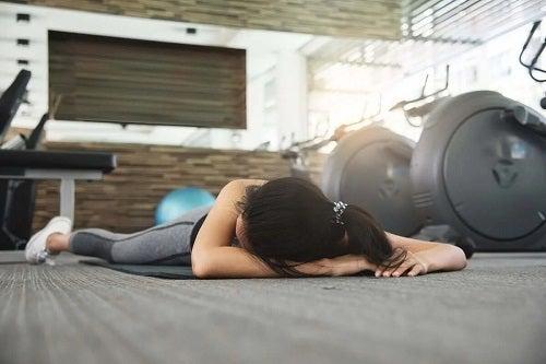 Fată care a leșinat în sala de sport
