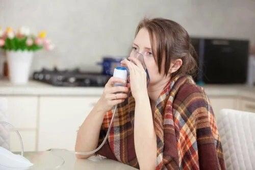 Fată care se confruntă cu pneumonia atipică