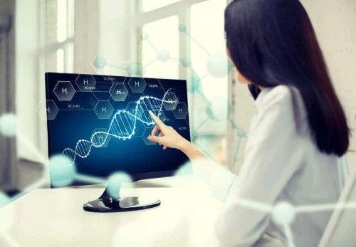 Femeie studiind ADN la calculator