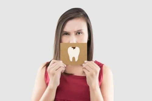 Femeie care ține un desen cu un dinte