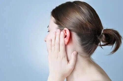 Femeie cu durere de ureche
