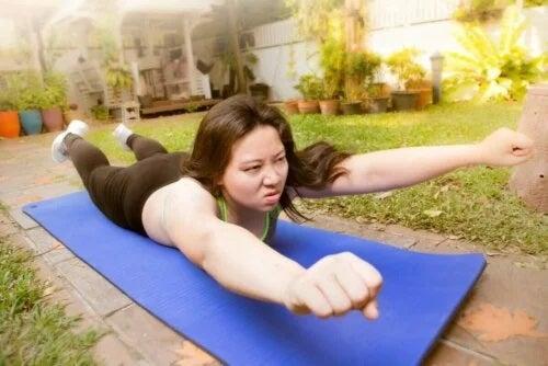 Femeie care face exerciții de întindere