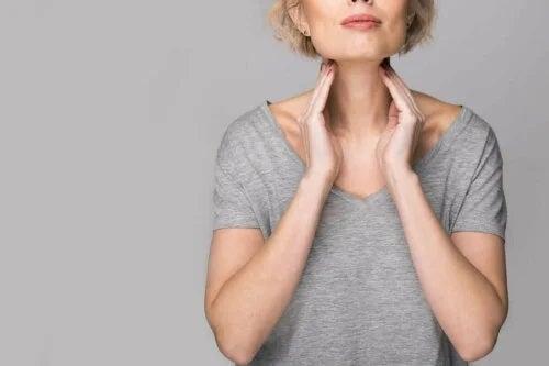 Femeie ce suferă de hipertiroidism