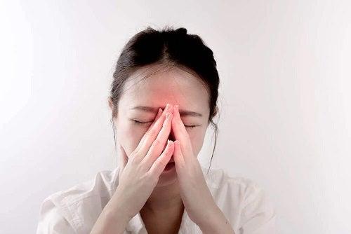 Femeie afectată de hipertrofia turbinală
