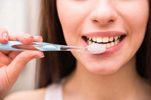 Femeie care își perie dinții