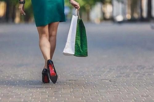 Femeie cu pungi de cumpărături în mână