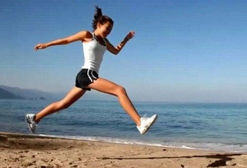 Femeie care face sport pe plajă