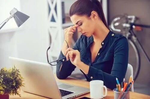 Femeie stresată la locul de muncă