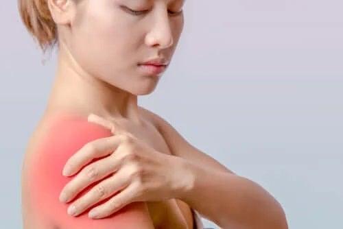 Femeie care are nevoie de tratamente pentru tendinita umărului