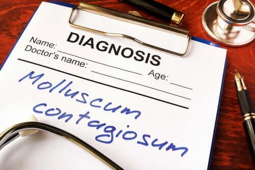 Ce este Molluscum contagiosum?