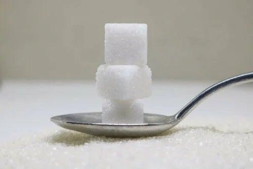 Lingură cu cuburi de zahăr