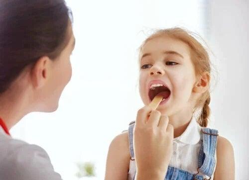 Medic care analizează mononucleoza la copii