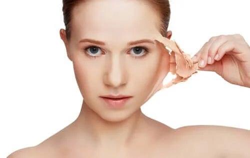 Femeie care profită de memoria pielii