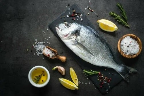 Pește proaspăt și lămâie