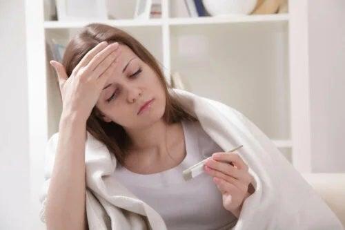 Tânără care se întreabă de ce apare febra