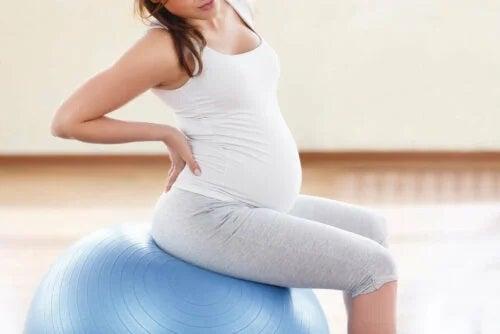 Tânără care face exerciții pentru dismenoreea gestațională