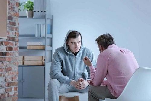Terapeut care explică simptomele alexitimiei