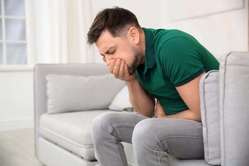 Bărbat care suferă după utilizarea excesivă a oțetului de mere