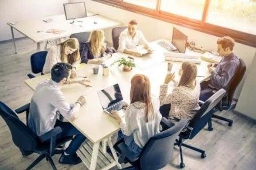 Angajați muncind în echipă