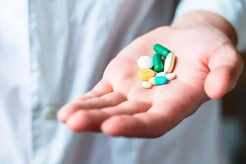 Persoană care ține în mână antibiotice