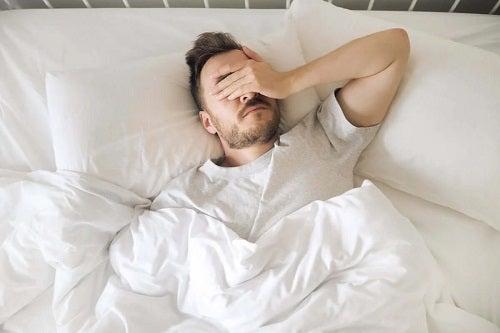 Bărbat care se confruntă cu anxietatea în timpul nopții