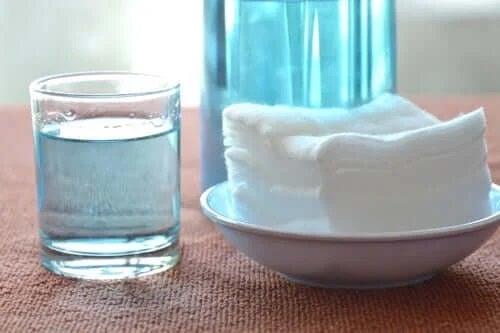 Pahar cu apă oxigenată și tifon
