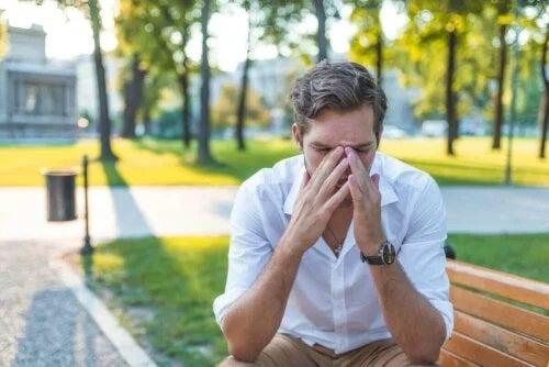 Bărbat cu astm și rinită