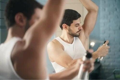 Bărbat care acoperă cauzele mirosului neplăcut al corpului