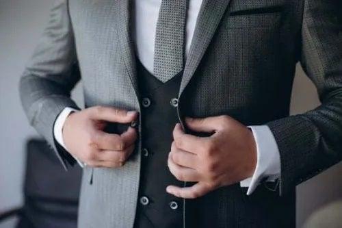 Bărbat în costum de mire