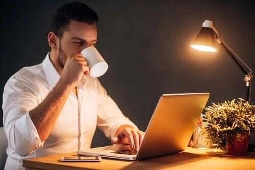 Bărbat care știe cum să lucrezi productiv de acasă
