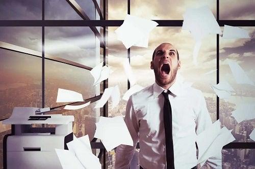 Bărbat nervos la locul de muncă