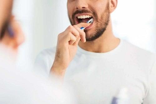Bărbat care se spală pe dinți